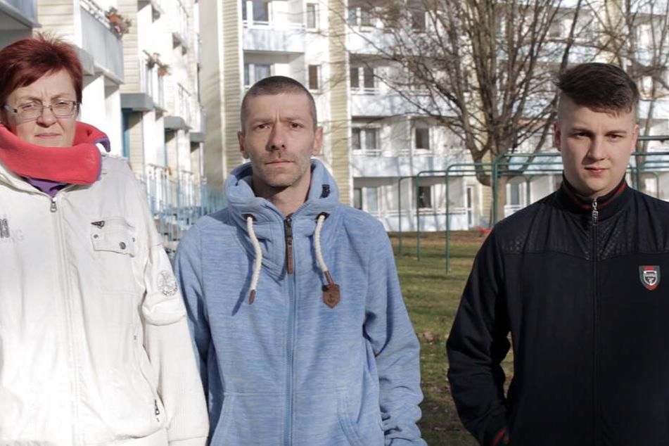 """Simone M. (55), Denis L. (33) und Sohn Basti (17) sorgten in der Sendung """"Armes Deutschland"""" auf RTL II für Aufsehen."""