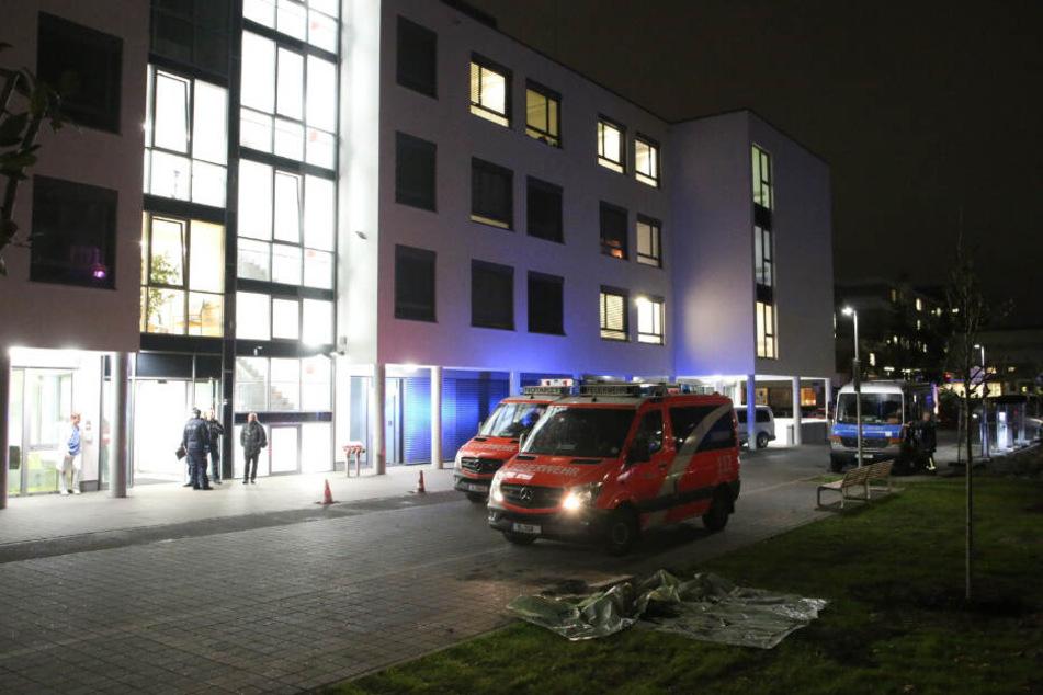 Fahrzeuge von Feuerwehr und Polizei stehen vor der Klinik.