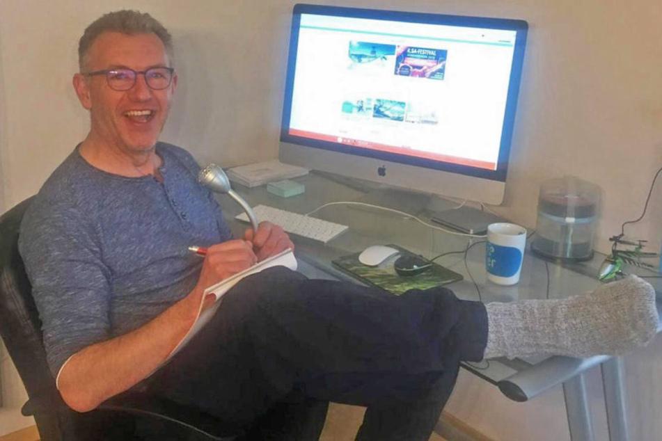 Will es sich in seinem Home Office nicht allzu lange gemütlich machen: Moderator Uwe Fischer (50).