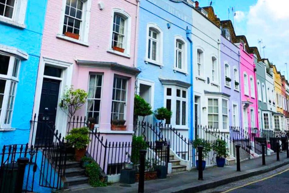Das rosa Haus (links) steht zum Verkauf.