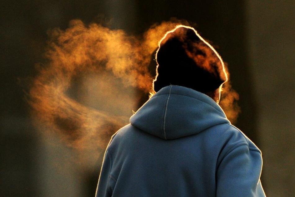 Eine Frau läuft durch die Kälte.
