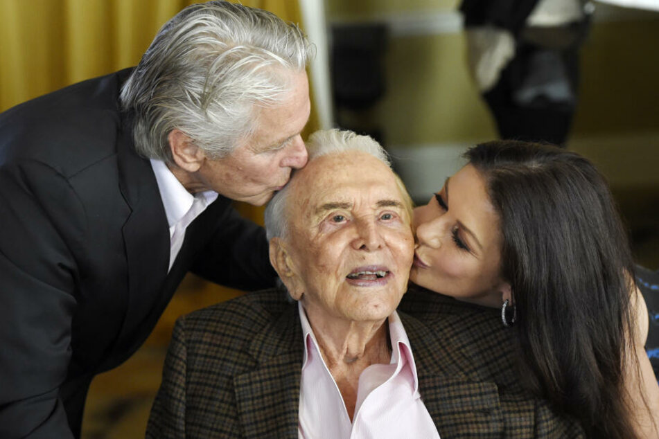 Kirk Douglas (†103) mit Sohn Michael (75, l.) und Schwiegertochter Catherine Zeta-Jones (50).