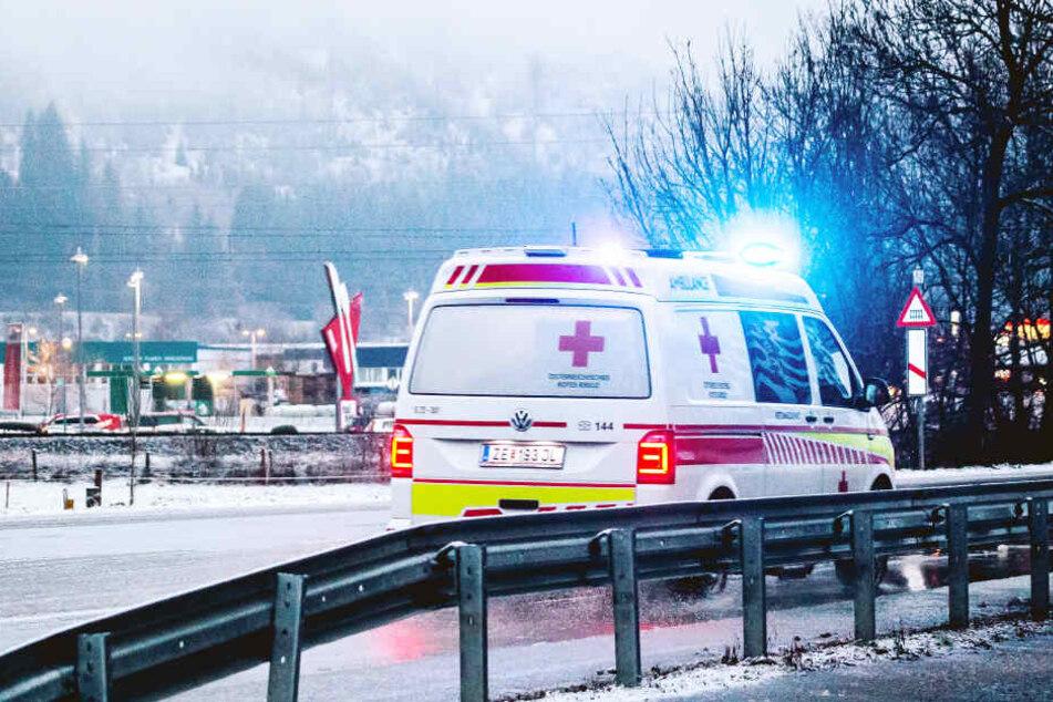 Mit dem Krankenwagen wurde die 16-Jährige in ein Krankenhaus gebracht. (Symbolbild)