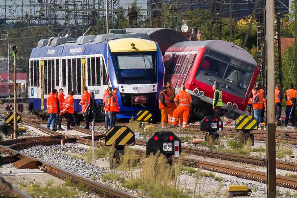 Zwei Züge sind an einer Weiche an den Längsseiten aneinander geschrammt.