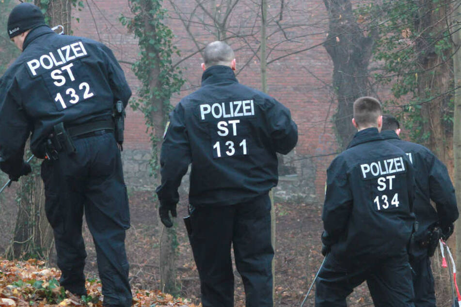 Die Polizei durchkämmte die Umgebung des Fundortes. (Symbolbild)