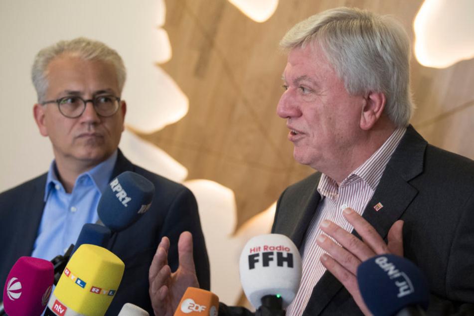 Volker Bouffier (CDU, r), hessischer Ministerpräsident und der hessische Grünen-Vorsitzende Tarek Al-Wazir nach ersten gemeinsamen Gesprächen zu einer möglichen Regierungskoalition.