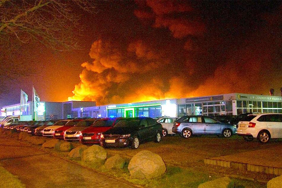 Mehrere Fahrzeuge verbrannten in den Flammen.