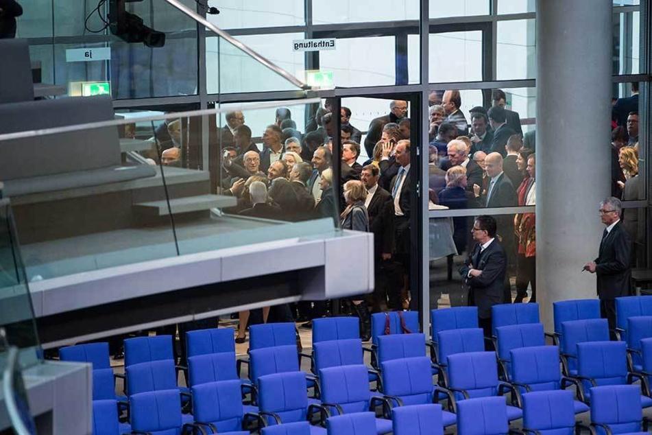 Abgeordnete stehen während des Hammelsprungs vor dem Plenarsaal.