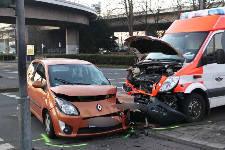 Rettungswagen kracht bei Einsatzfahrt in Renault