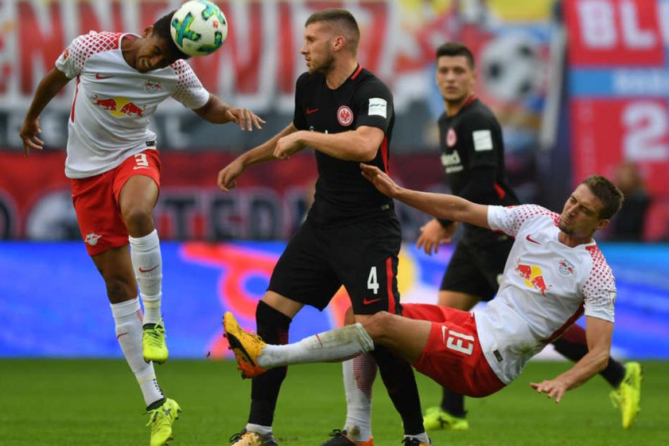 Das Spitzenspiel zwischen Eintracht Frankfurt und RB Leipzig droht angesichts der drohenden Proteste ins Abseits zu geraten.