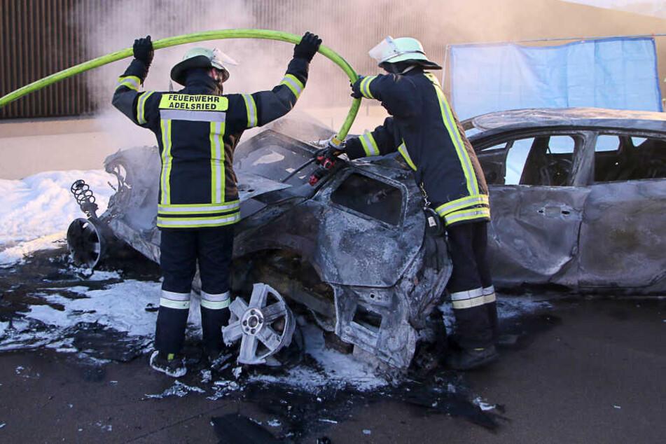 Staus nach Vollsperrung der A8: Zwei Autos brennen völlig aus