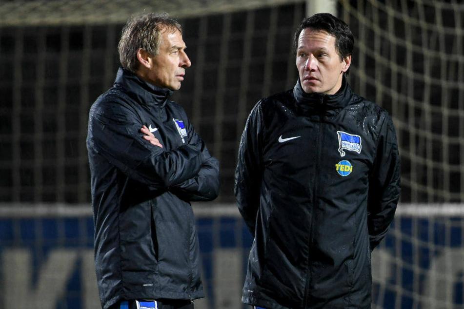 Herthas neuer Trainer Jürgen Klinsmann (l.) und Athletiktrainer Henrik Kuchno beobachten das Training.