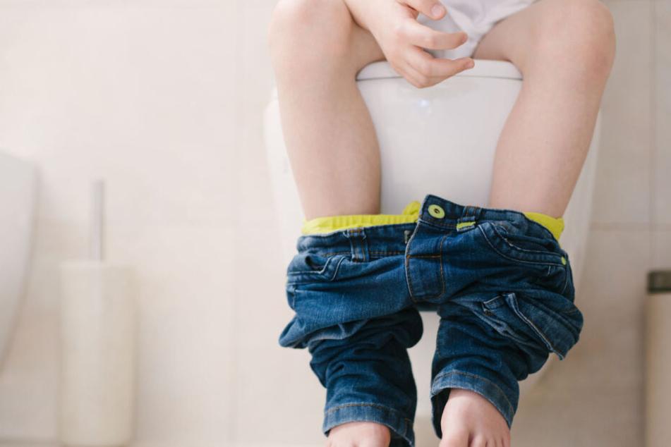 Das Kind saß auf der Toilette, kam einfach nicht mehr herunter. (Symbolbild)