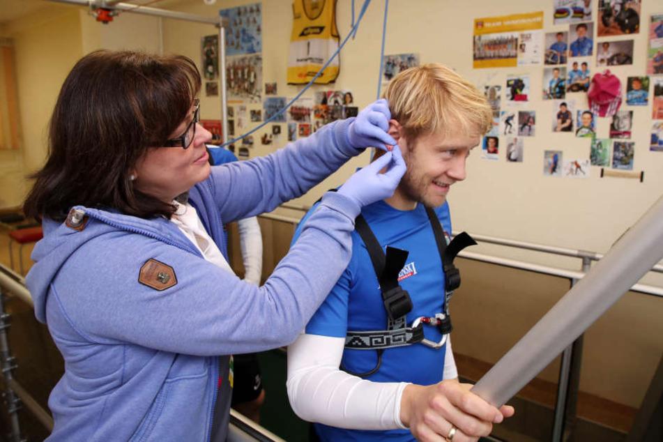 Autsch! Evelin Pilz, medizinisch-technische Assistentin, entnimmt aus Jan Hochscheidts Ohrläppchen ein Tröpfchen Blut.