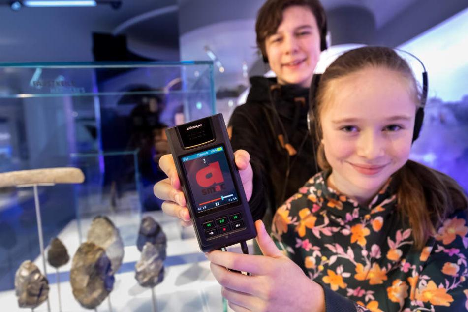 Thurid Sontag (16, l.) und Johanna (13) haben den neuen Audio-Guide für das smac mitentwickelt.