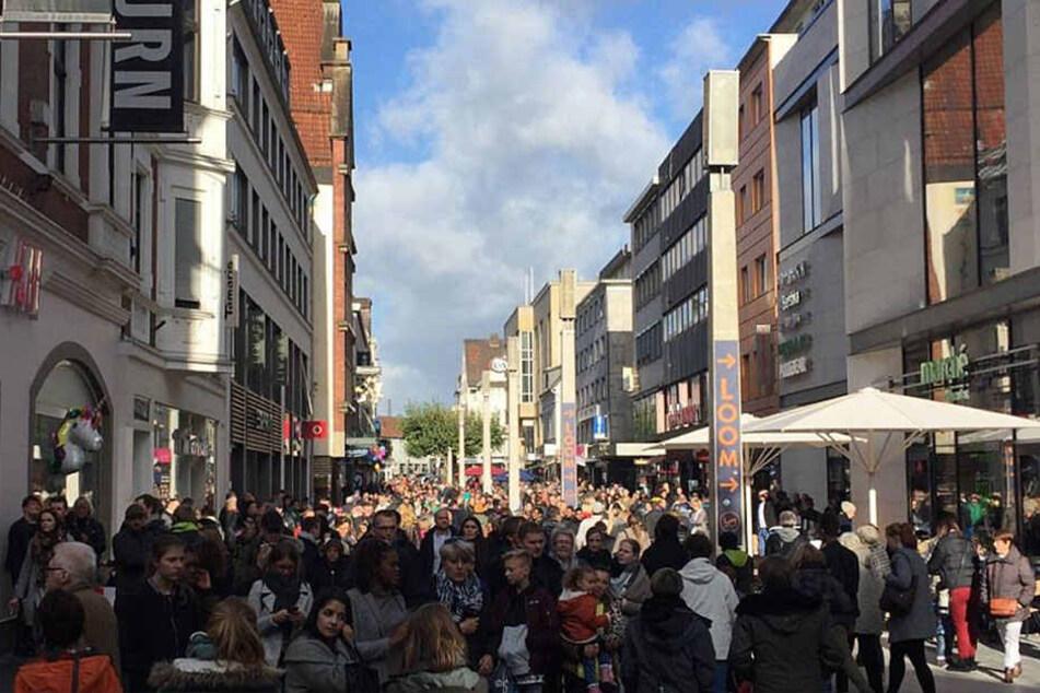 Die Bahnhofstraße ist komplett überfüllt.