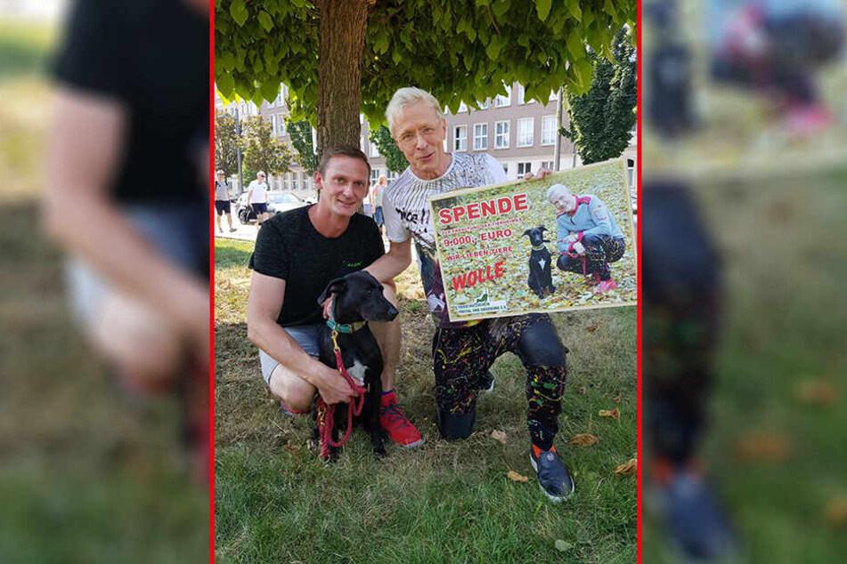 Wolle Förster (64, r.) und sein Lebensgefährte Norbert spenden 9000 Euro dem Tierheim Freital. Dort war bis vor einem Jahr Hündin Laila zu Hause.