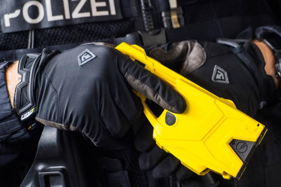 Eine Elektroschock-Waffe in der Hand eines Polizisten.