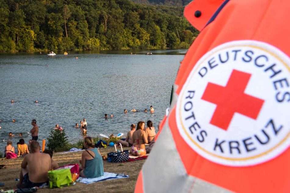 Mädchen (3) treibt leblos im Wasser: Badegäste reagieren heldenhaft