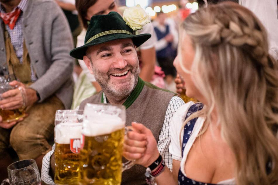 Armin Jumel, Wiesnstammgast, stößt im Festzelt Schottenhammel auf dem Oktoberfest mit Laura, ehemalige Wiesnbedienung und mittlerweile gute Freundin von Jumel, die Krüge an.