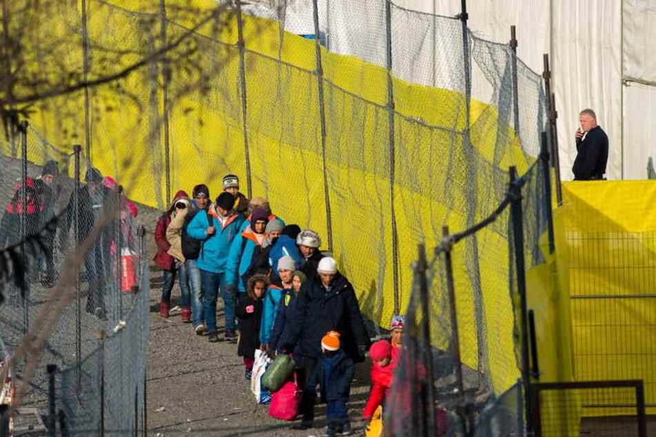 Die Mehrheit der Deutschen befürwortet eine Obergrenze. Vor allem Anhänger der AfD stimmen dafür.