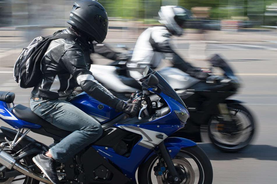 Dass das Motorrad vor ihm hält, übersah der nachfolgende Kradfahrer. (Symbolbild)