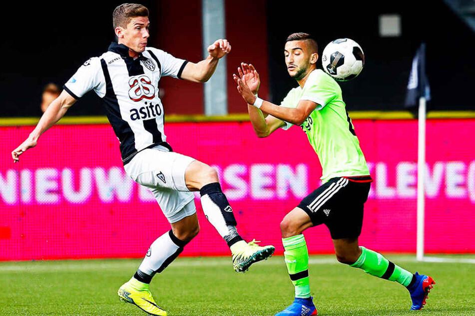 Kreuzte bereits mit einigen starken Spielern die Klingen: Robin Gosens (l.), hier noch im Trikot von Heracles Almelo, im Duell mit Ajax-Star Hakim Ziyech.