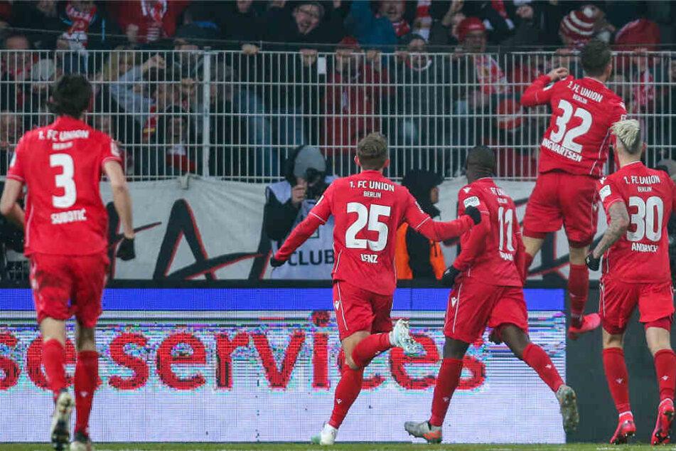 Berlins Marcus Ingvartsen (2.v.r) jubelt mit Luftsprung nach seinem 2:0 Treffer mit Vorlagengeber Robert Andrich (r) und Teamkollegen Anthony Ujah (3.v.r) und Christopher Lenz (2.v.l).