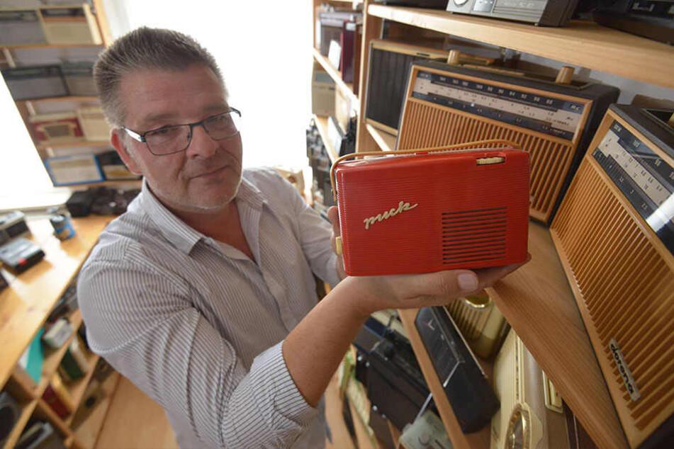 Ingo Pötschke (53) mit einem Puck-Radio aus seiner privaten Sammlung.