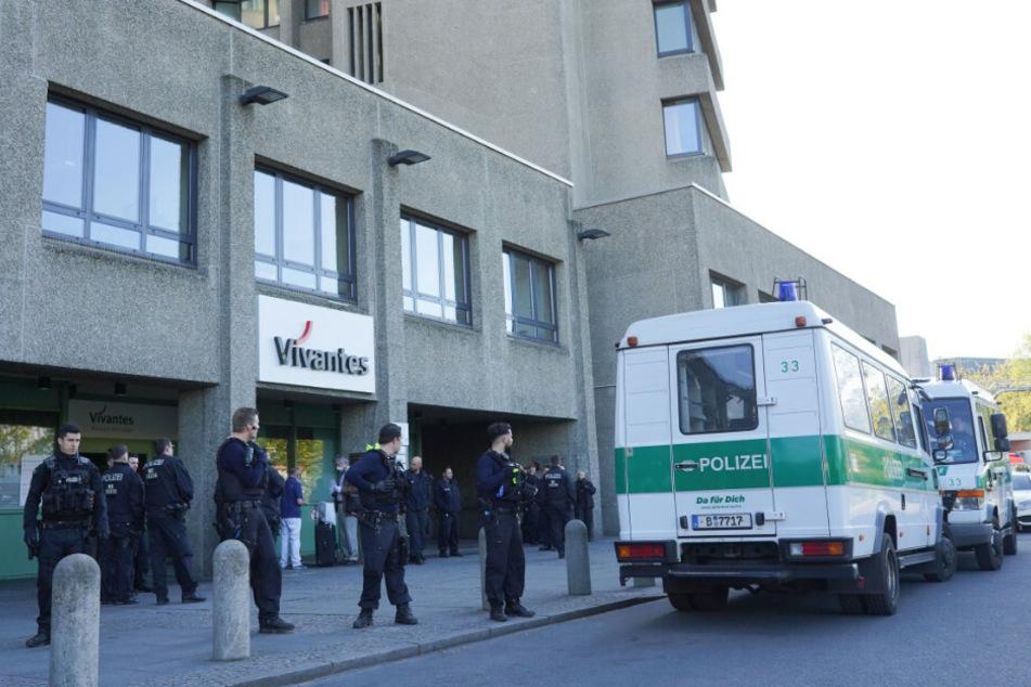 Einsatzkräfte der Polizei sichern den Eingang zum Vivantes-Klinikum Am Urban.