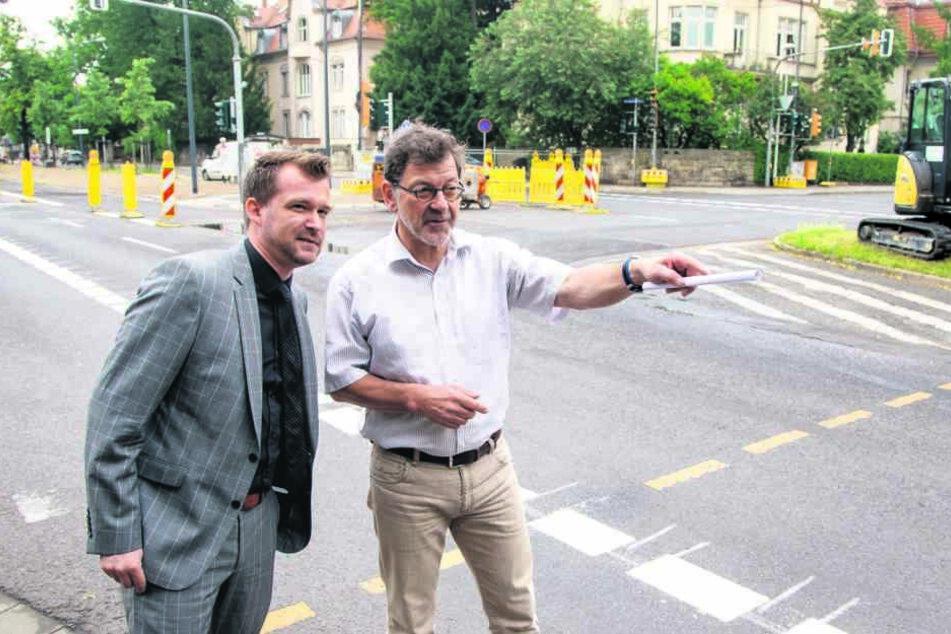 Verkehrsbürgermeister Raoul Schmidt-Lamontain (40, Grüne, li.) und  Straßenbauamts-Chef Reinhard Koettnitz (62) zeigen die neuen Radweg.