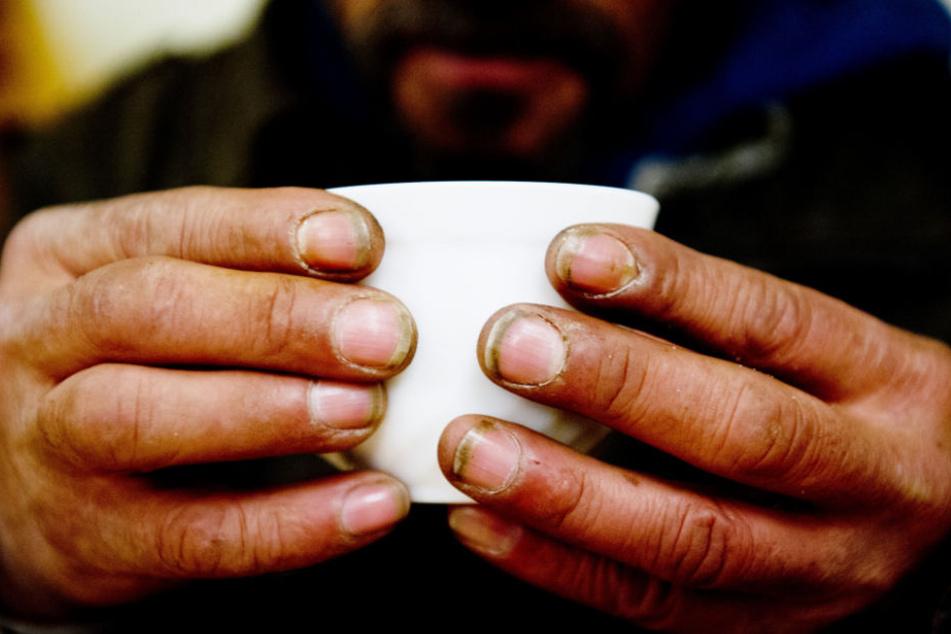 Unter anderem mit heißem Tee wird den Menschen geholfen. (Symbolbild)