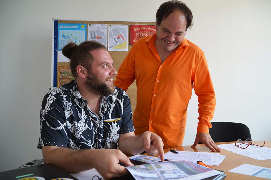 Chris Dietrich (35) und Raphael Steinbock (48) bei den letzten Vorbereitungen für das Chemnitzer Bürgerfest.