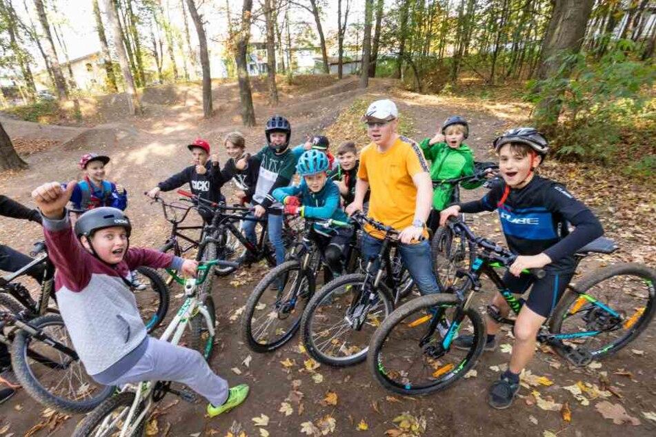 Kinder freuen sich über den neuen Bike-Park am Pöhlberg bei Annaberg-Buchholz.