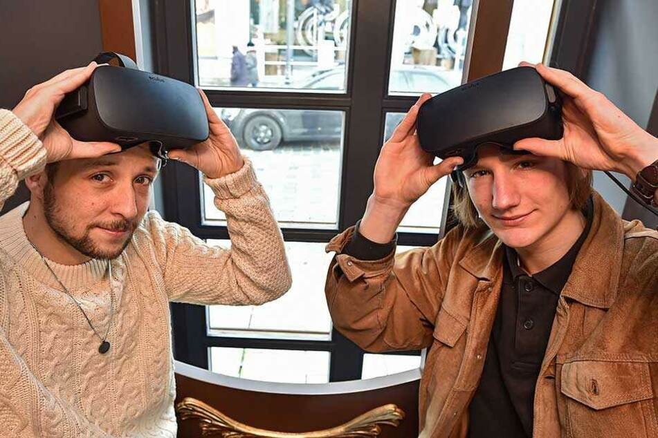 TAG24-Reporter Sebastian Tangel (li.) und Malte Konrad mit den VR-Brillen.