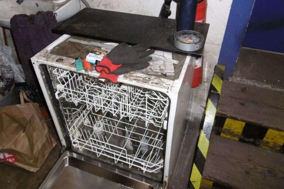 In einer angrenzenden Autowerkstatt wurde gespült - inklusive Kippen, Bauhandschuhen und Müll.