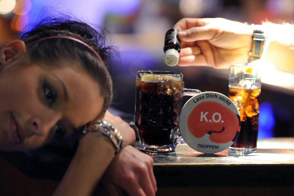 Augen auf beim Partymachen: K.O.-Tropfen können schneller im Glas landen, als so mancher denkt.