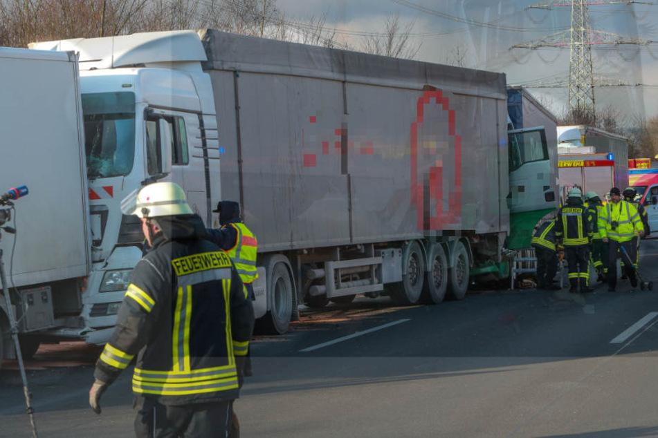Der Unfall verzögert den stauenden Verkehr um etwa eine Stunde.