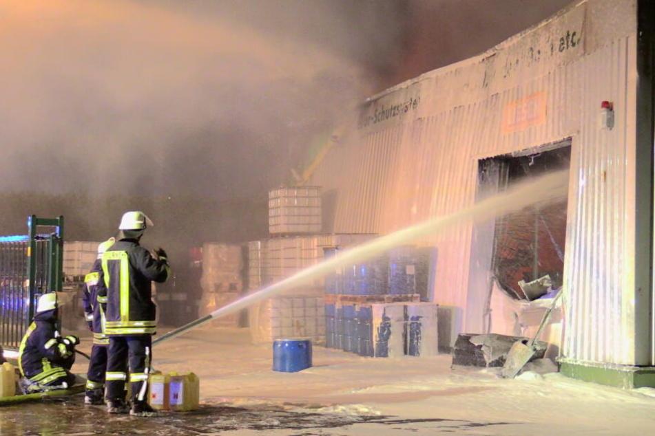 Bei Eintreffen der Feuerwehr brannte eine Chemiefirma in voller Ausdehnung.