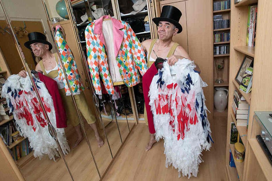 Günter Bibrach (66) schlüpft gerne in verschiedene Rollen. Die Kostüme näht er sich am liebsten selbst.