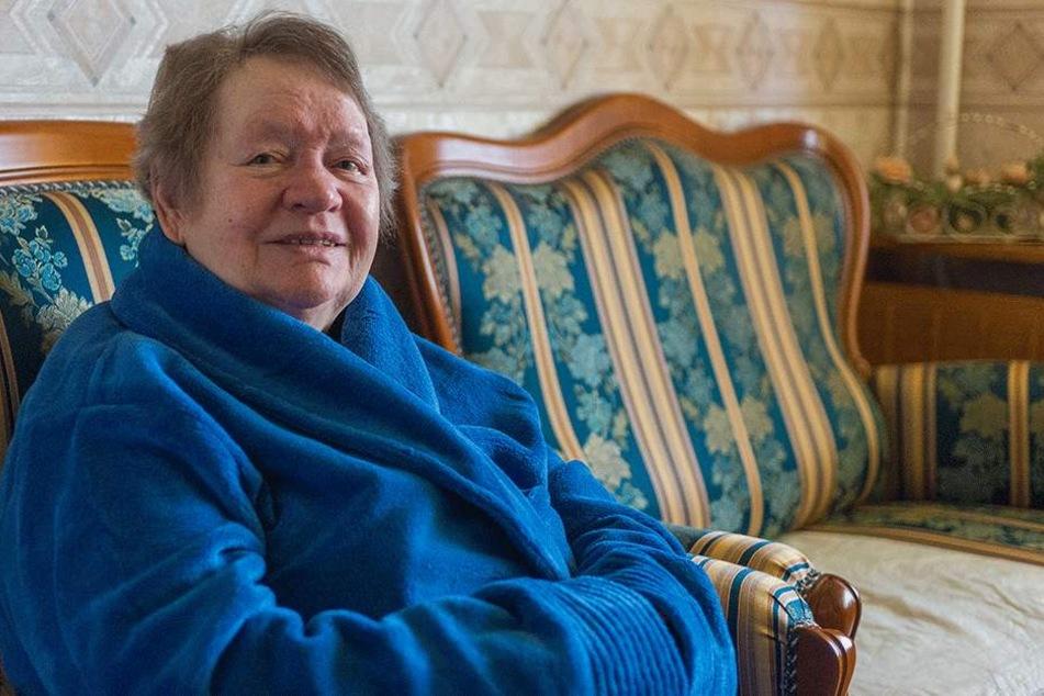 Bibbert weiter vor Kälte: Mieterin Klaudia Funk (85) kann sich nur noch mit  Bademantel in ihrer Wohnung aufhalten.