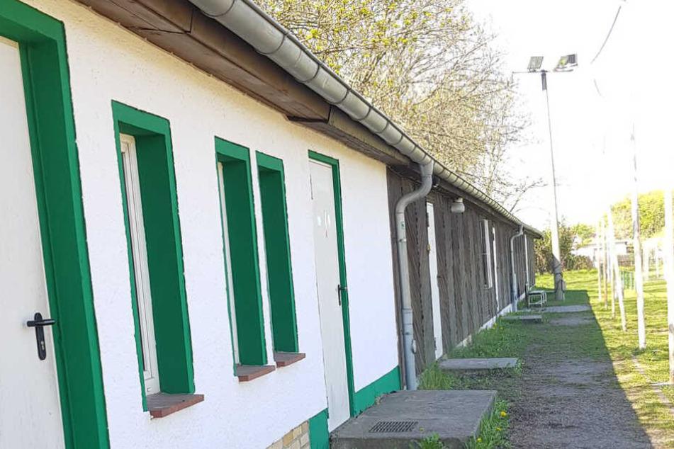 """Der """"Fuchsbau"""", Kabinen- und Duschtrakt der Nachwuchsmannschaften, soll auf Forderung der Stadt abgerissen werden."""