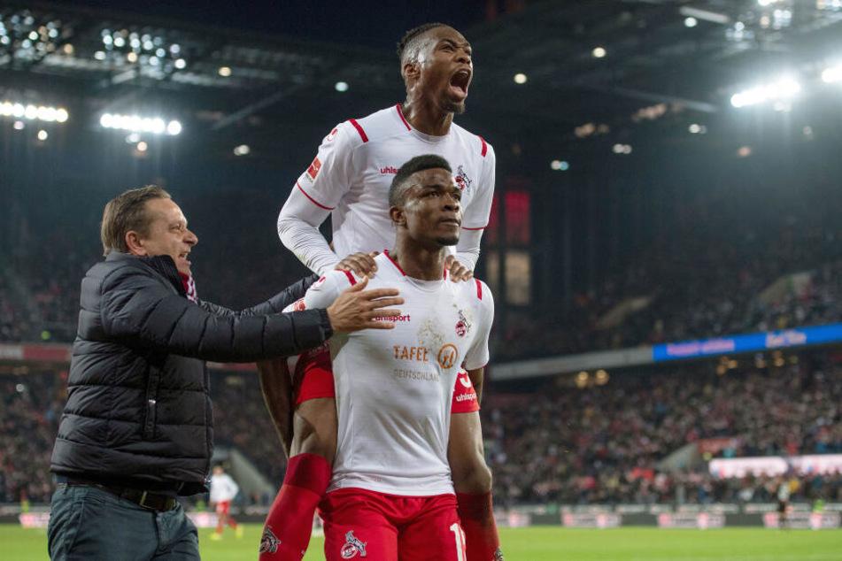 Kölns Sportdirektor Horst Heldt (l), Kingley Ehizibue (oben) und Torschütze Jhon Cordoba jubeln nach dem Treffer zur 1:0 Führung.