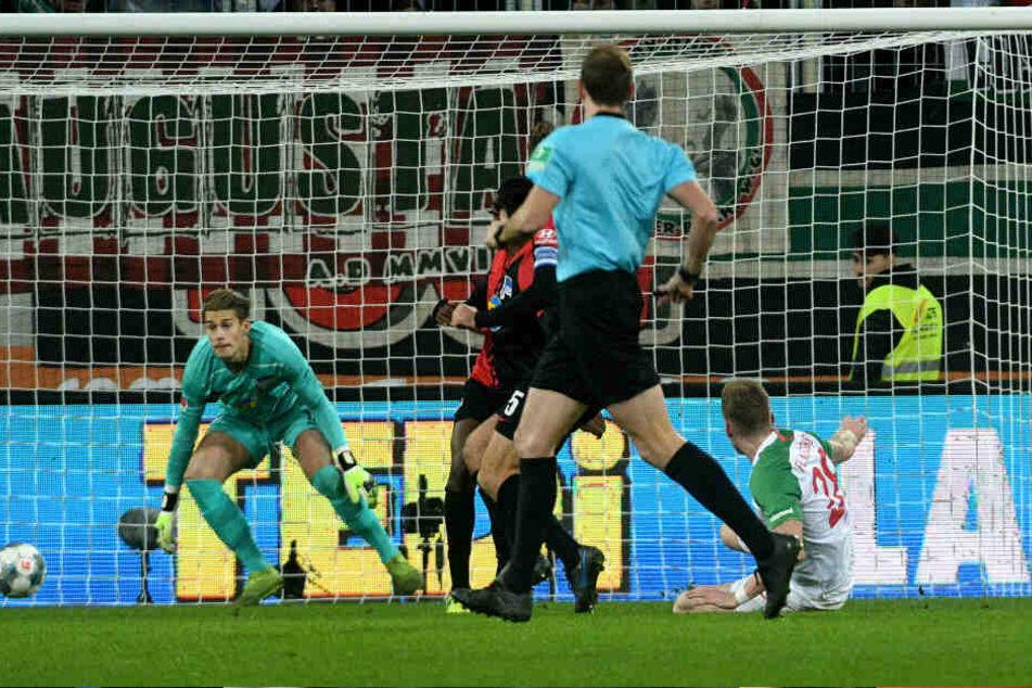 André Hahn trifft zum 3:0. Dennis Smarsch (l.) kann den Treffer nicht verhindern.