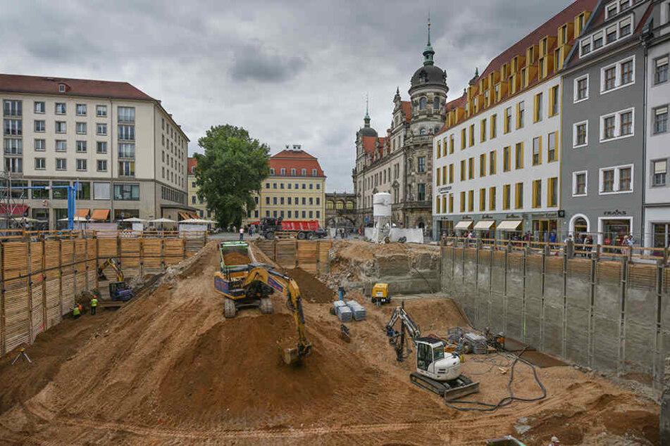 Die Abbruchstelle, dahinter Taschenbergpalais (Mitte) und Residenzschloss (rechts).