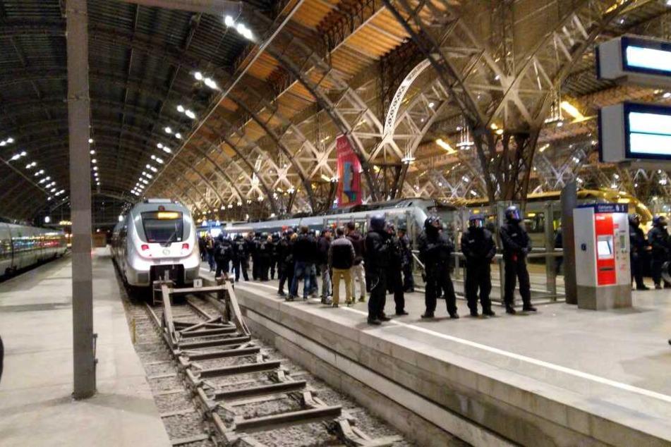 Randalierende Lok-Fans haben am Samstag einen Großeinsatz der Polizei am Leipziger Hauptbahnhof ausgelöst.