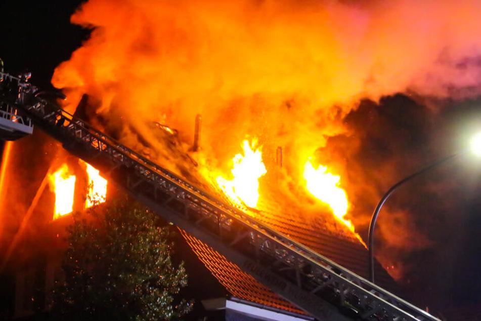 Als die Feuerwehr eintraf, brannte das Dach bereits lichterloh.