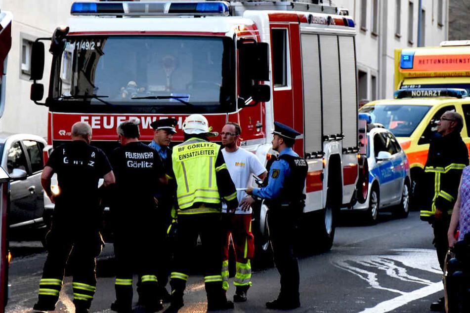 Feuerwehr und Polizei ermitteln zum Hergang des Unglücks.
