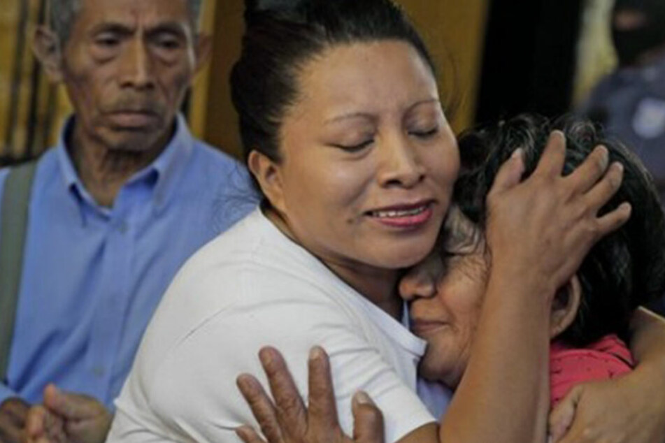 Teodora Vasquez (Mi.) - hier mit ihren Eltern) - saß in Salvador wegen Abtreibung zehn Jahre im Gefängnis.
