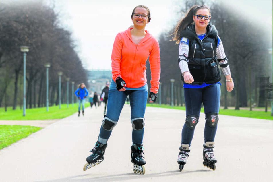 Lass rollen: Katharina (13) und Sophie (12) schnallen die Skater an.